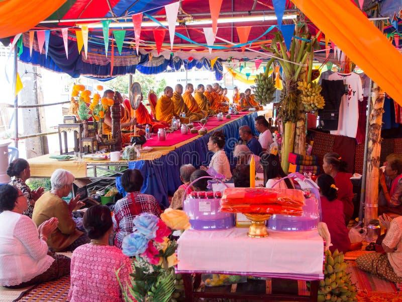 Thailändische Leute und Mönch im lokalen Dorf Buddhistische Spende Eve stockbild