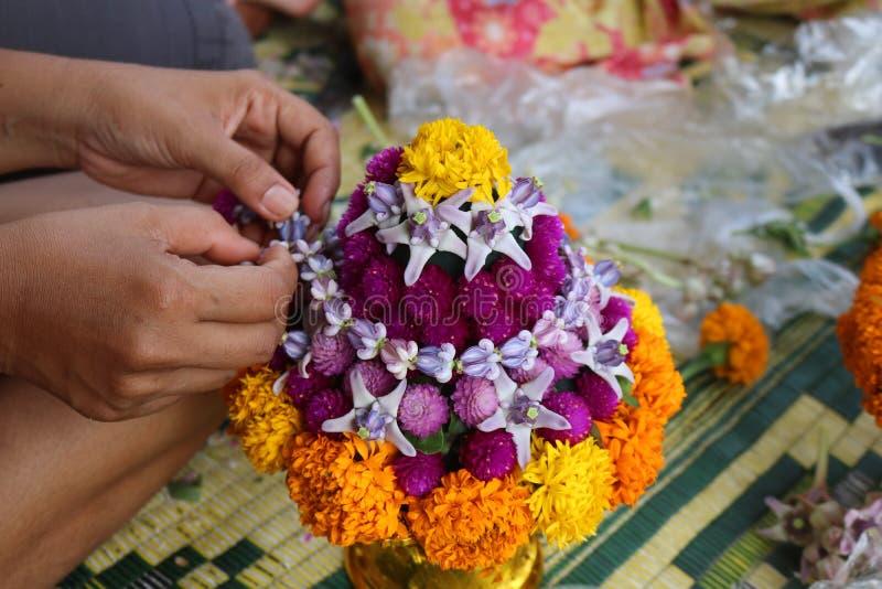 Thailändische lokale Leute stellen Blumenschüssel her stockbild