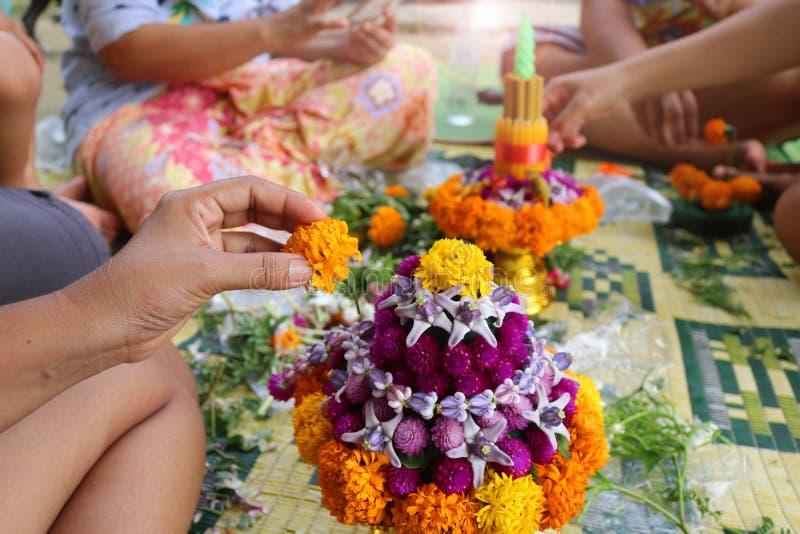 Thailändische lokale Leute stellen Blumenschüssel her stockfotografie