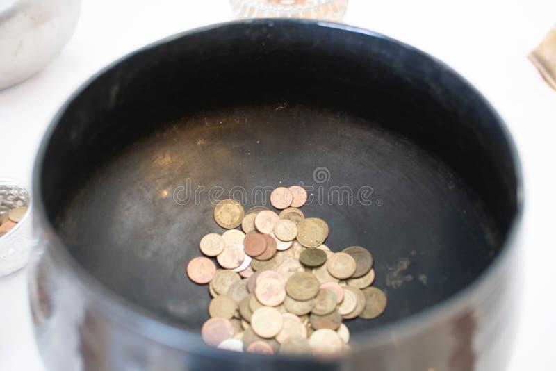 Thailändische Münzen in den Mönchalmosen rollen lizenzfreie stockbilder