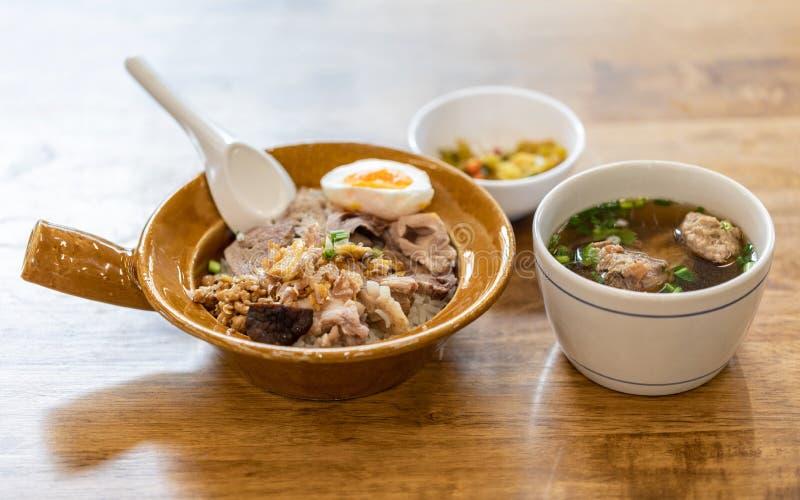 Thailändische Mahlzeit, gekochter Reis mit gekochtem Ei und Schweinefleischrippensuppe stockfoto