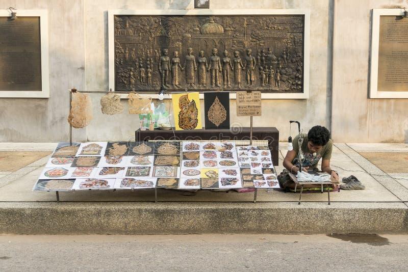 Thailändische Mannverkauf Schatten-Marionetten stockfoto