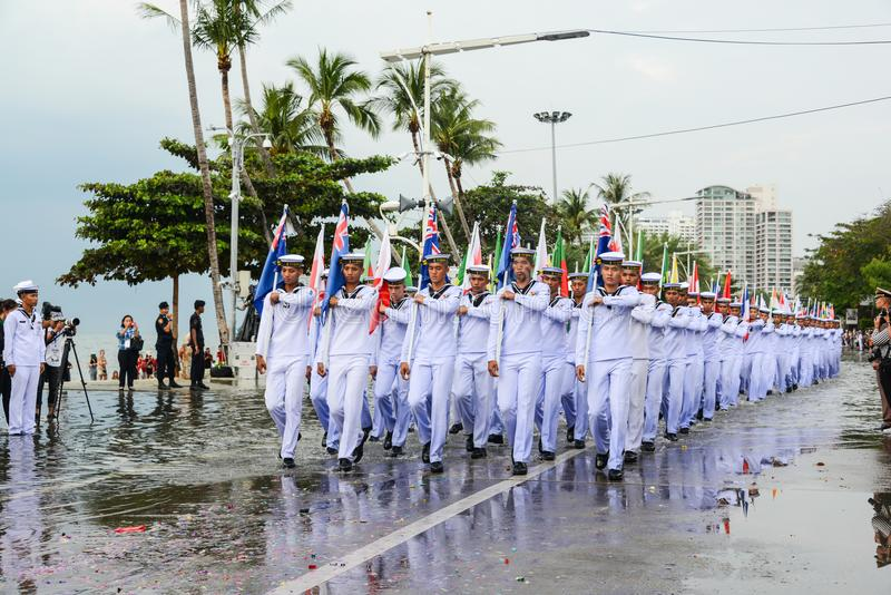 Thailändische Marinesoldaten mit multinationaler Flaggenparade marschierend in Internierten stockfotos