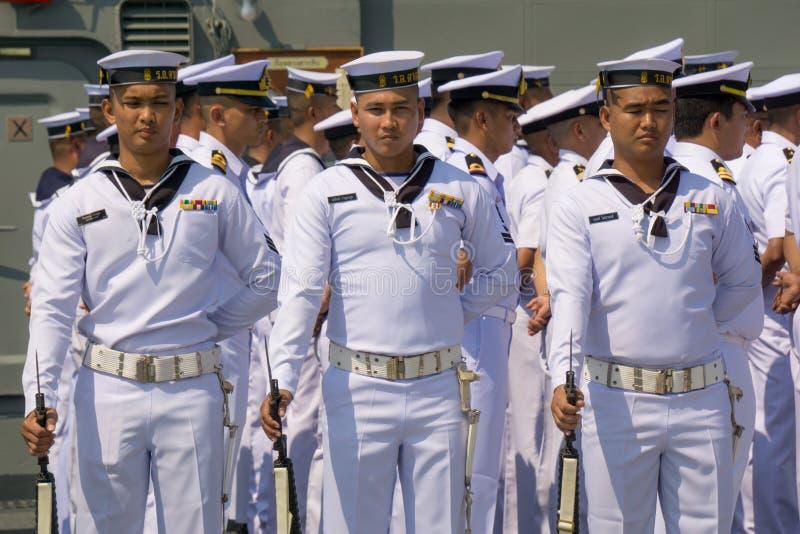 Thailändische Marineunteroffiziere Oyal in den weißen einheitlichen Gewehren des Griffs M16 des Sommers mit Bajonetten an Bord de stockbilder