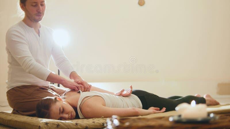 Thailändische Massage - Frau erhält thailändische traditionelle Therapie für Schultern stockfotos