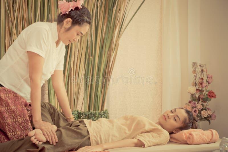 Thailändische Massage Therapeuten massiert eine Dame stockfotografie