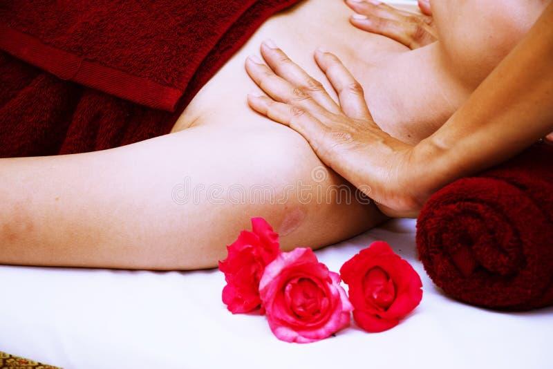 Thailändische Massagefrau an der Schulter lizenzfreie stockfotografie