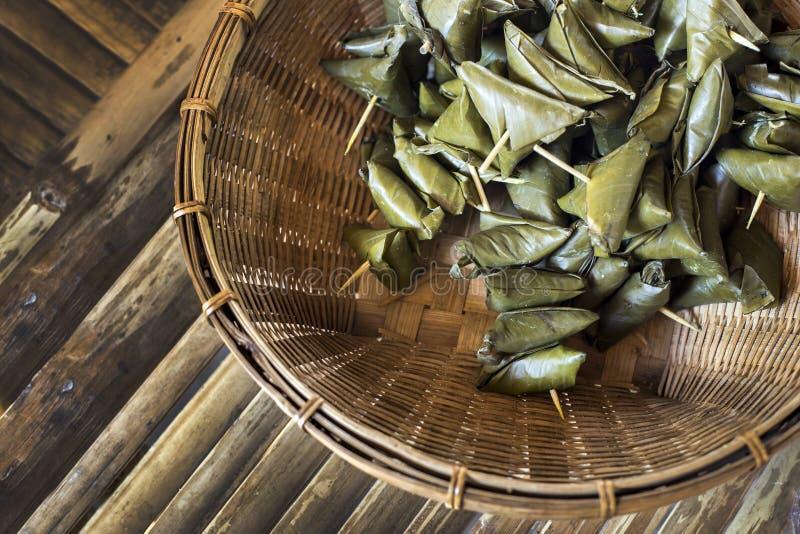 Thailändische Nachtischart vom süßen Nachtisch des klebrigen Reises im Bananenblatt stockfotografie