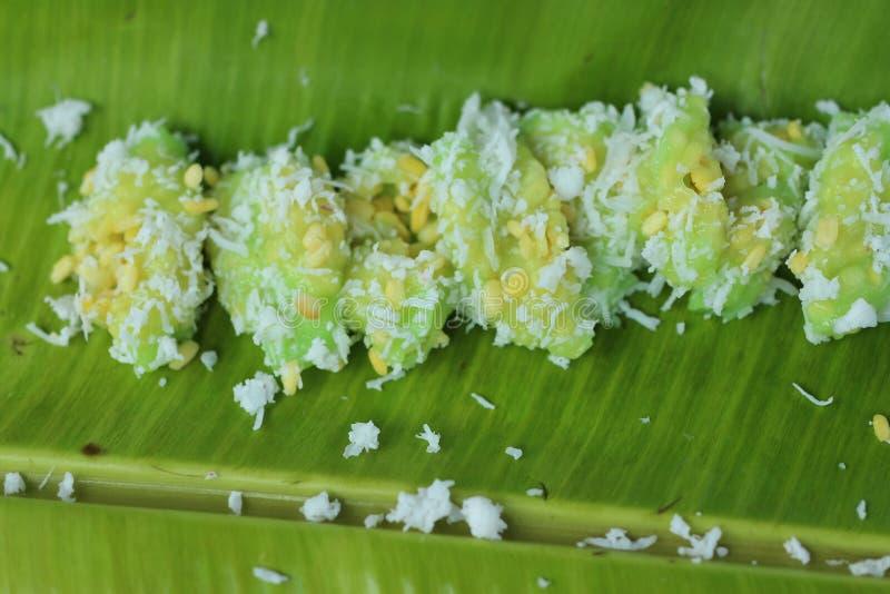 Thailändische Nachtische gemischt mit Mehl, thailändische Nachtische, Kokosraspel, gesetzt auf grüne Bananenblätter stockbilder