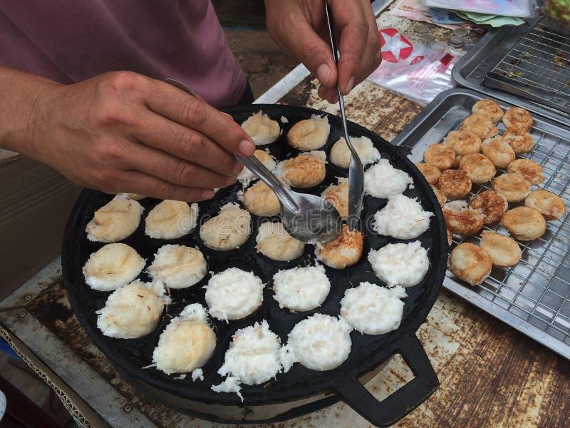 Thailändische Nachtischkokosmakrone ('Ba-Behälter in thailändischem gemacht von der Kokosnuss, vom Zucker, vom Mehl, vom Salz) lizenzfreie stockfotos