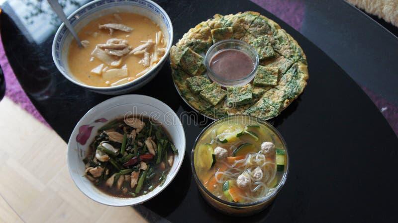 Thailändische Nahrung auf dem Glastisch Verschiedene Teller stockbilder