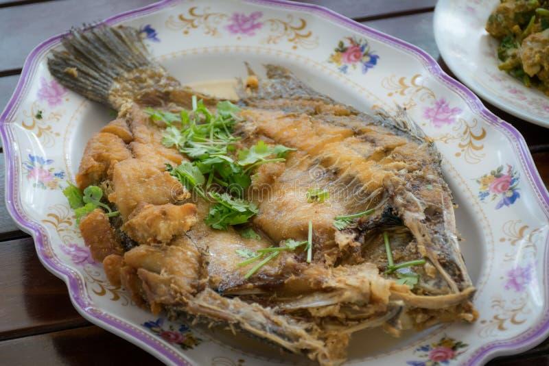 Thailändische Nahrung, frittierter Wolfsbarschfisch mit Fischsauce lizenzfreies stockbild