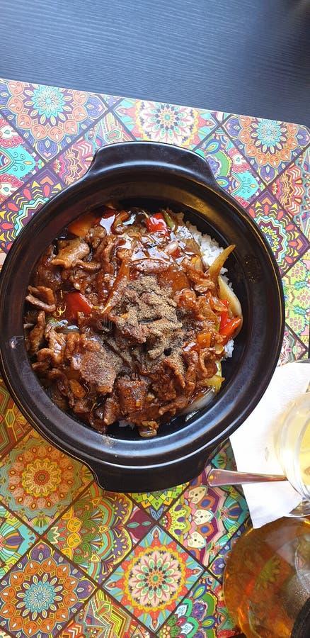 Thailändische Nahrung im timisoara Rumänien an Hanoi-Bistros - Rindfleisch und Pfeffer mit Reis stockbilder