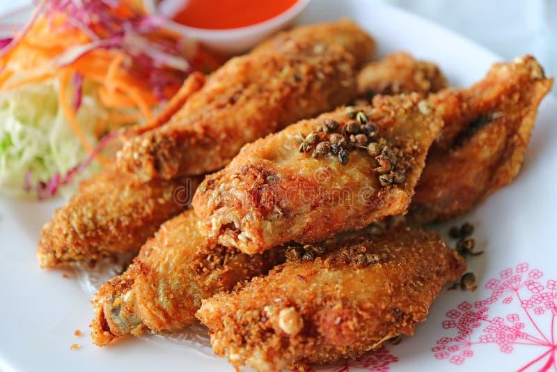 Thailändische Nordart tiefer Fried Chicken Wing mit den heißen und würzigen Kräutern stockbilder