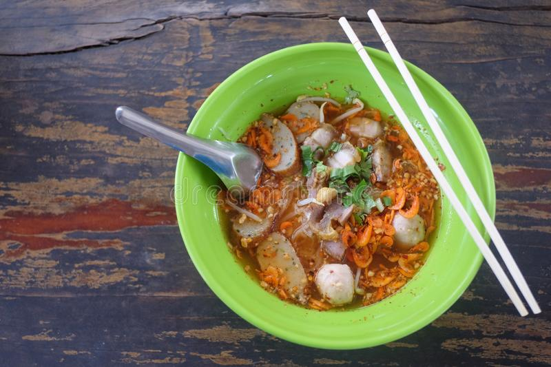 Thailändische Nudeln in der grünen Schüssel auf Nahrungsmitteltabellenboden stockbilder