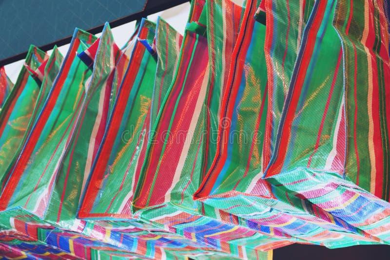 Thailändische Regenbogen-große Taschen-Plastiksack-Stoß stockbild