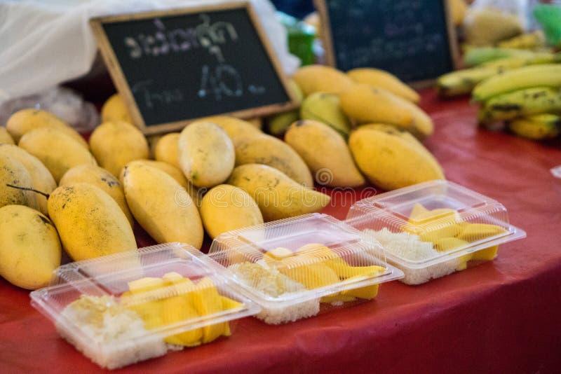 Thailändische reife süße Mangos mit klebrigem Reis lizenzfreie stockbilder