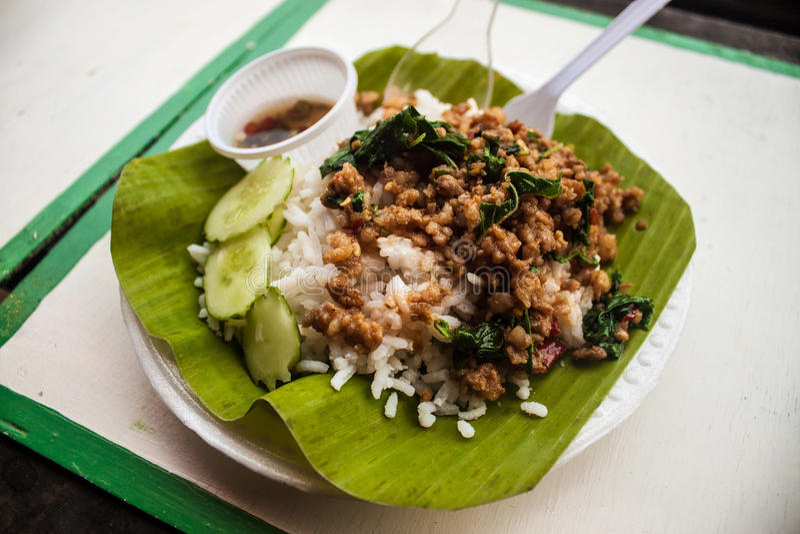 Thailändische Reismahlzeit auf Bananenblatt stockfotografie