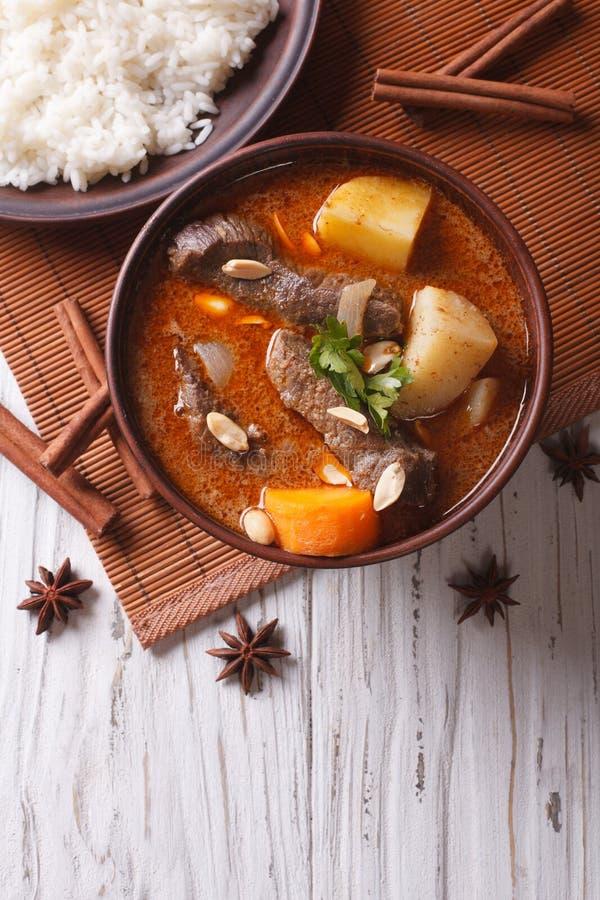 Thailändische Rindfleisch massaman Curry- und Reisbeilage Vertikale Draufsicht lizenzfreies stockfoto