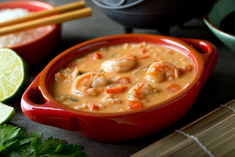 Thailändische rote Curry-Kokosnuss-Garnelen-Suppe mit Reis lizenzfreies stockbild