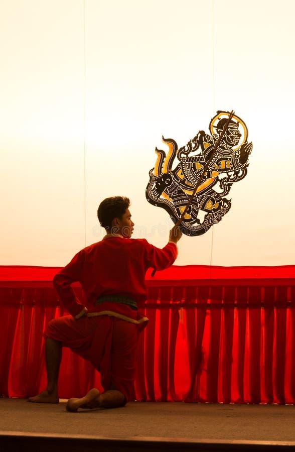 Thailändische Schattenspielmarionette ist auf Anzeige bei Wat Khanon stockfotografie