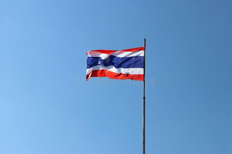 Thailändische Staatsflagge auf hellem Hintergrund des blauen Himmels Weg durchgebrannt durch Wind stockfoto