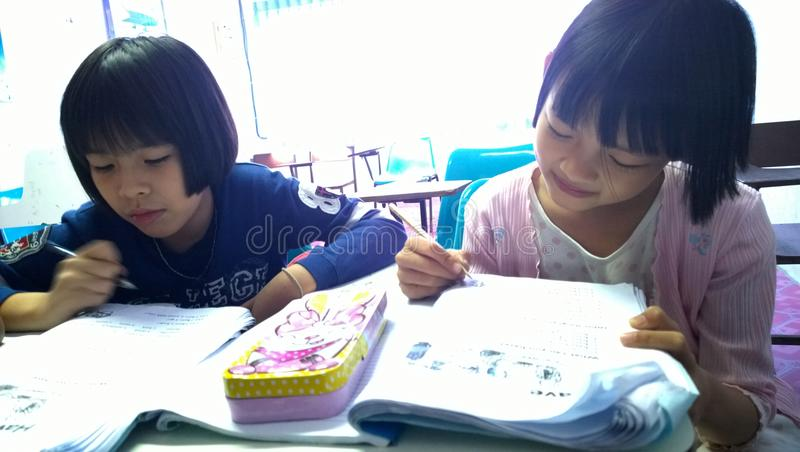 Thailändische Studenten, die Englisch lernen stockfoto