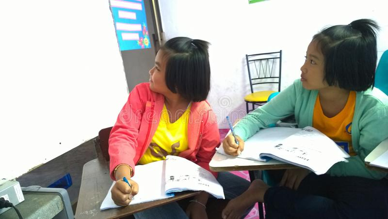 Thailändische Studenten, die Englisch lernen stockfotos