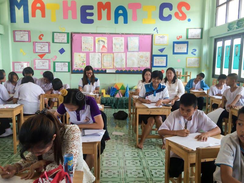 Thailändische Studenten sitzen im Klassenzimmer lizenzfreie stockbilder