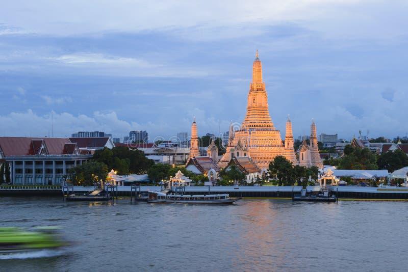 Thailändische Tempelansicht von Chaophraya-Fluss stockbild