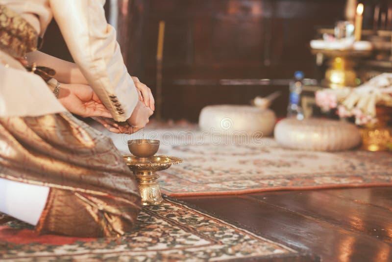 Thailändische Tradition, strömendes Wasser ist eine Tat des Betens für die gestorbene, denen ich geschadet hatte stockbild