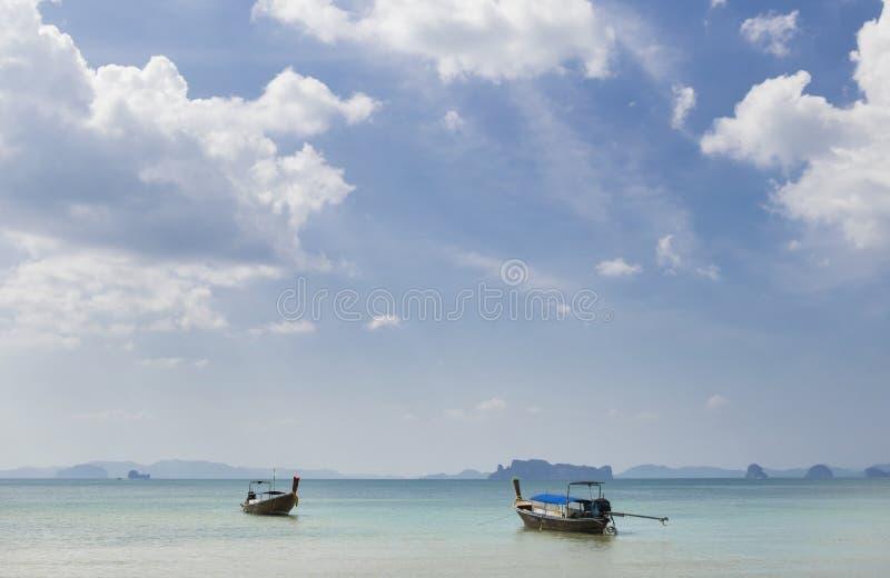 Thailändische traditionelle hölzerne Boote auf dem schönen Strand in Krabi-Provinz thailand stockbild
