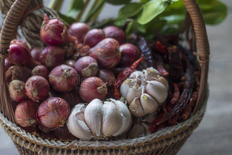 Thailändische traditionelle Nahrung, Nudeln und Kochen von Bestandteilen lizenzfreies stockbild