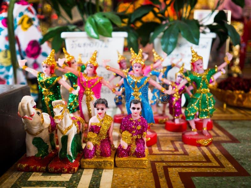 Thailändische traditionelle Puppentanzhaltung für den Tempel stockbilder