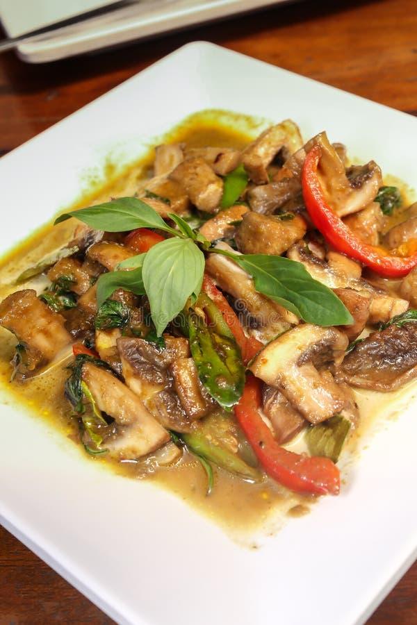 Thailändische vegetarische Lebensmittel Shiitakepilze mit grünem Curry lizenzfreies stockfoto