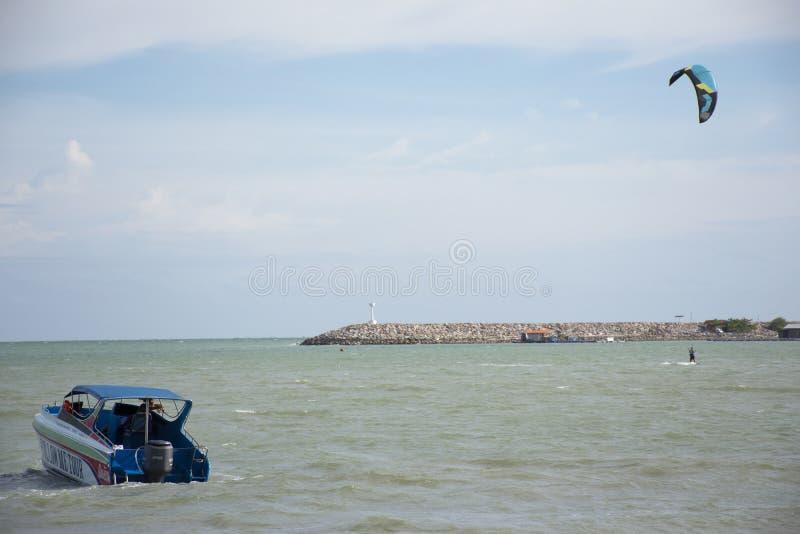 Thailändischer übender Sport der Athleten und der Ausländerleute und Spielen des Kiteboardings oder des Seedrachens im Ozean in R stockfoto