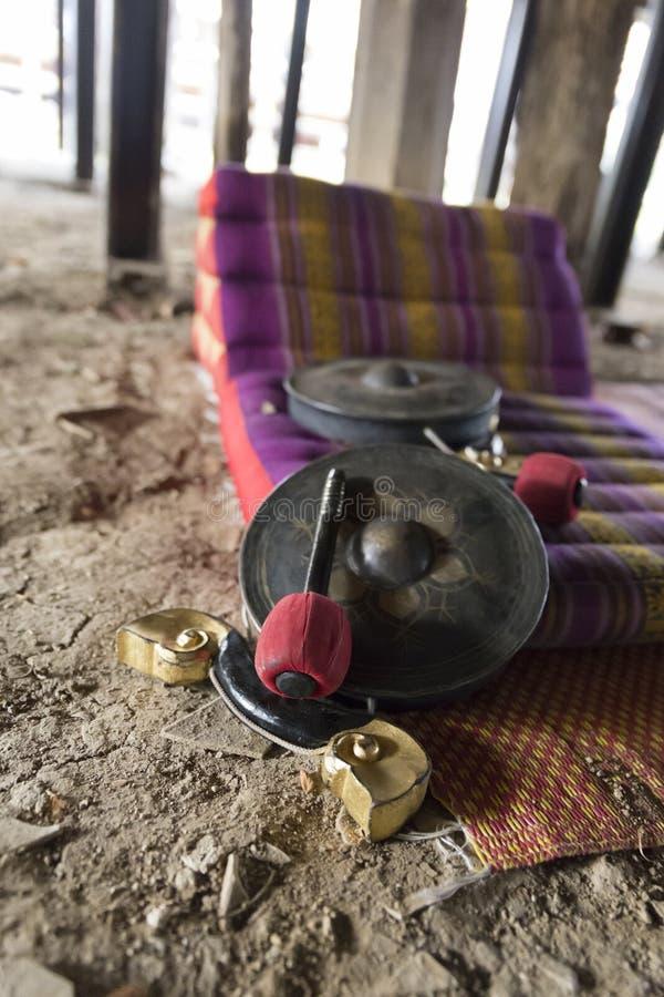 Thailändischer alter Hammer, Trommel und Kissen stockfotografie
