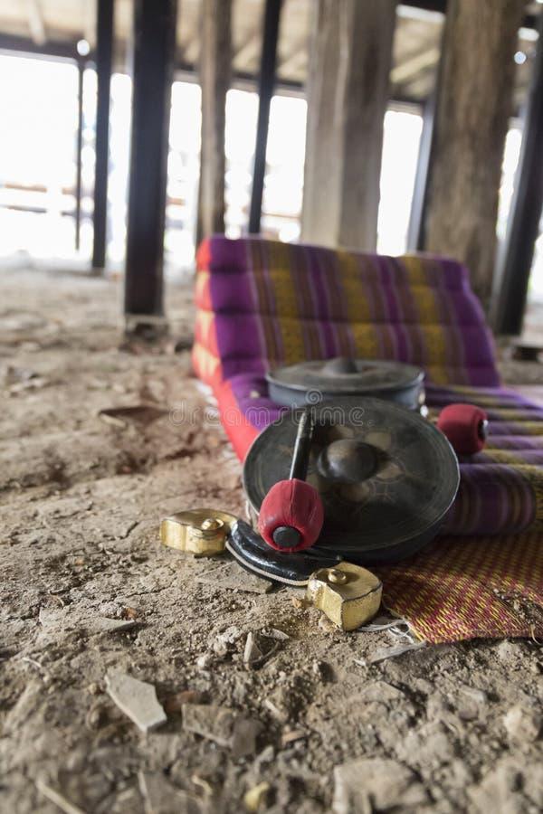 Thailändischer alter Hammer, Trommel und Kissen stockbild