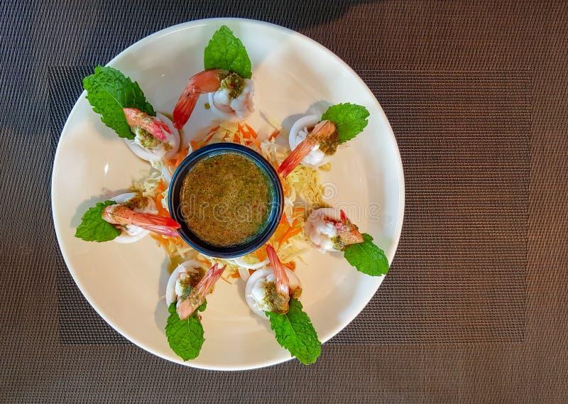 Thailändischer Artaperitif, gekochte Garnelen und Kalmare essen mit heißer und würziger, süß-saurer Soße stockbilder