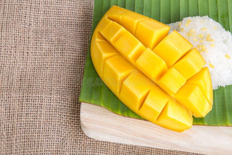 Thailändischer Artnachtisch, glutinious Reis mit Mango auf dem Bananenblatt lizenzfreies stockfoto