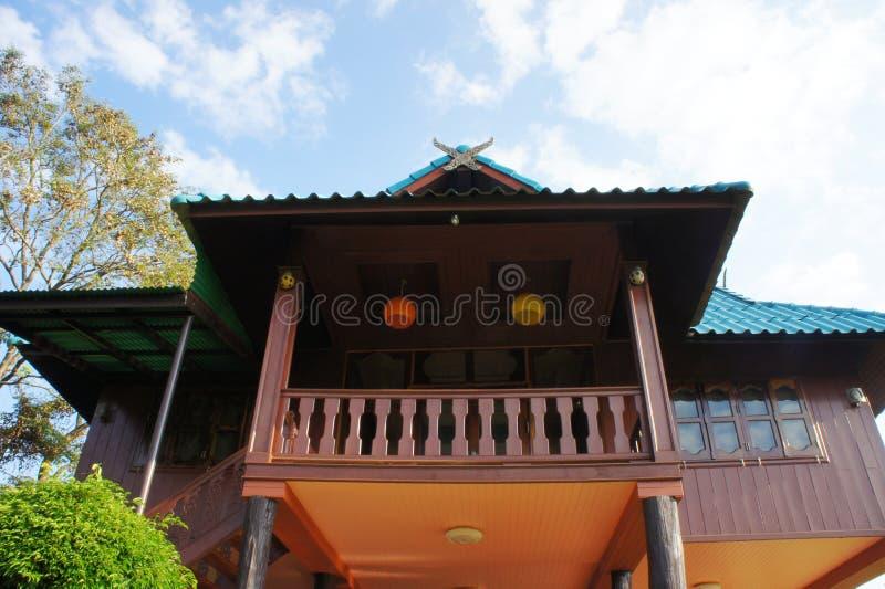 Thailändischer Blockhouse auf dem blauen Himmel stockfotos