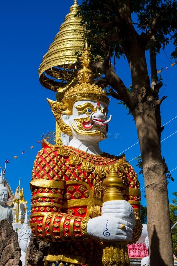 Thailändischer buddhistischer Tempel-Wächter-Riese Suriyaphob, mythologische Schutzstatue in Thailand-wat stockfotografie