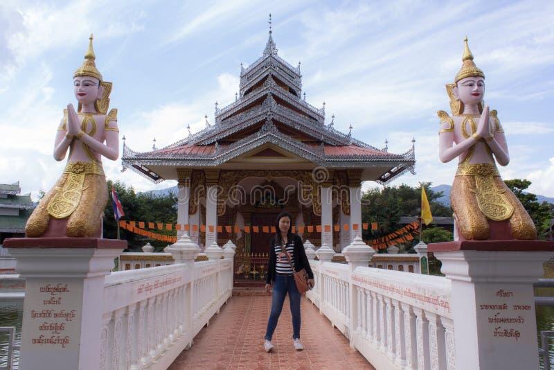 Thailändischer Frau Shantempel, Wat Nong Kok Kam, Wianghaeng Chiangmai stockbild