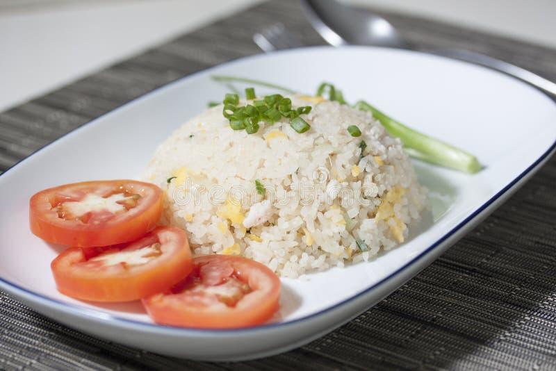 Thailändischer Fried Rice mit Krebsfleisch diente in der weißen Platte stockfoto