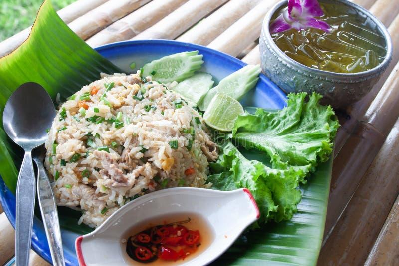 Thailändischer gebratener Reis mit Eiern und Schweinefleisch, mit Eisgetränk, ursprüngliches Tha lizenzfreies stockfoto