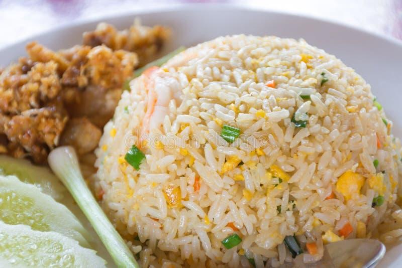 Thailändischer gebratener Reis mit Gemüse, Huhn und Spiegeleiern stockbild