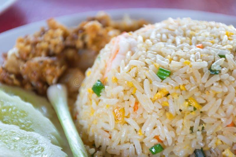 Thailändischer gebratener Reis mit Gemüse, Huhn und Spiegeleiern lizenzfreie stockfotografie