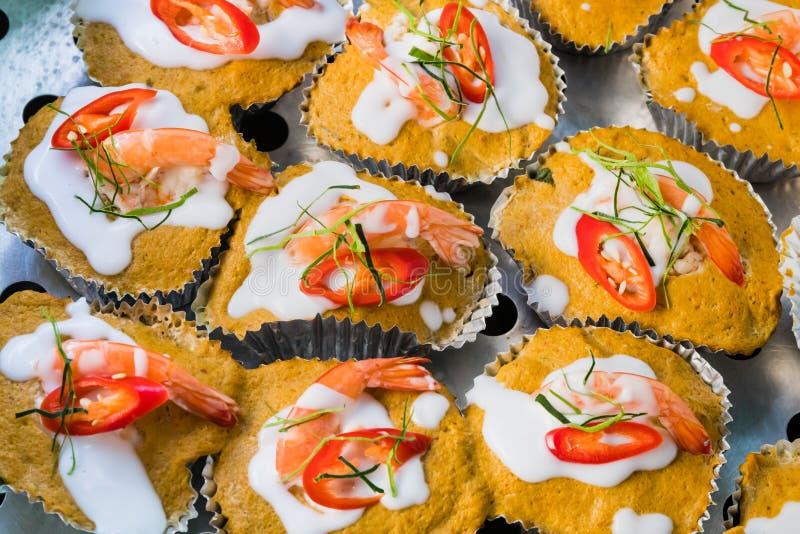 Thailändischer gedämpfter roter Currykuchen mit Meeresfrüchten lizenzfreie stockfotografie