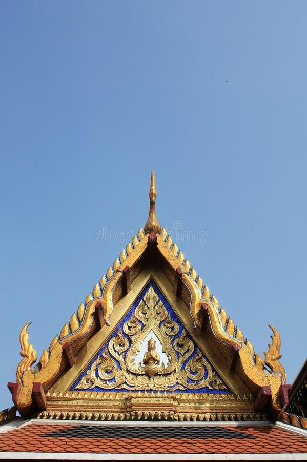 Thailändischer Giebel des buddhistischen Tempels, lokalisiert auf blauem Himmel lizenzfreie stockfotografie