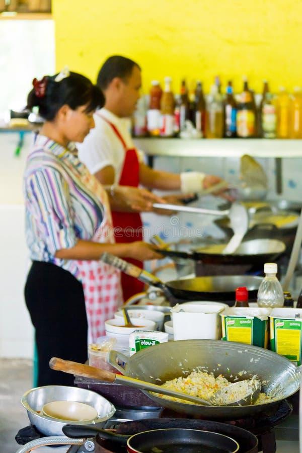 Thailändischer Koch bei der Arbeit im lokalen Restaurant lizenzfreies stockfoto